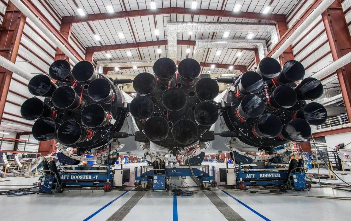 Falcon Heavyn voima tulee kolmesta rakettimottoreiden yhdistelmästä, jossa 27 rakettimoottoria on liitetty yhteen. Kuva: SpaceX
