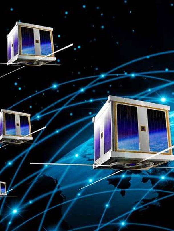"""Tietoliikennesatelliittien m&auml;&auml;r&auml; kasvaa r&auml;j&auml;hdysm&auml;isesti viimeist&auml;&auml;n 2020-luvulla. Kilpajuoksu avaruuden internetist&auml; on alkanut. Kuva: <span class=""""photographer"""">Nasa</span>"""