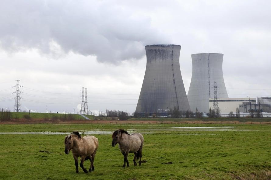 """Antroposeeni alkoi 1950-luvulla, kun valjastimme ydinvoiman käyttöömme. Kuvassa ydinvoimala Doelissa Belgiassa. Kuva: <span class=""""photographer"""">Francois Lenoir / Reuters</span>"""