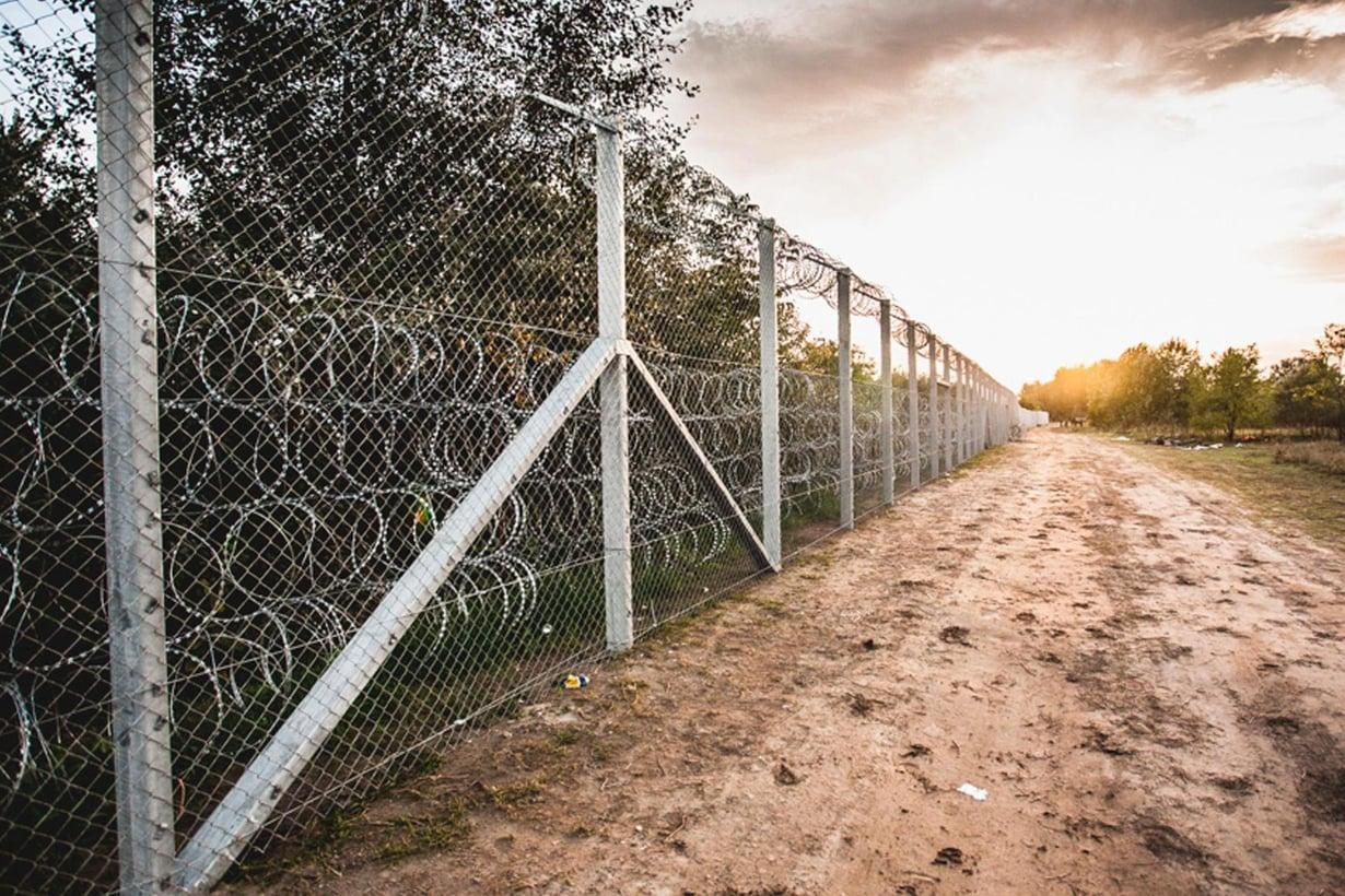 Unkari pystytti esteen Serbiasta tuleville rajanylittäjille.