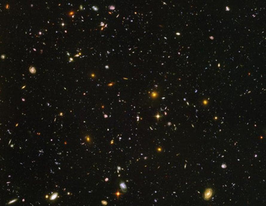 """Hubble -avaruuskaukoputken kuvassa saattaa näkyä universumin ensimmäisiä galakseja. Kuva: <span class=""""photographer"""">NASA/ESA</span>"""