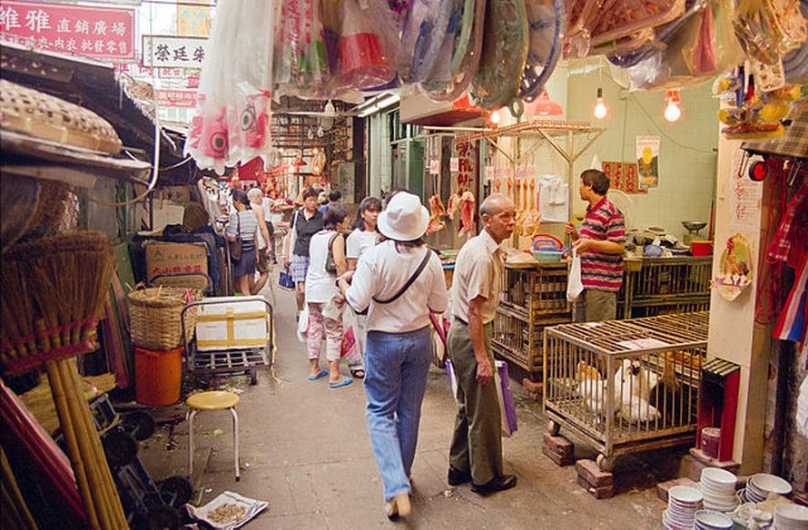 """Elävä kana on harvinaistuva näky Hongkongissa. Kuva: <span class=""""photographer"""">Greg Willis, Wikimedia Commons </span>"""