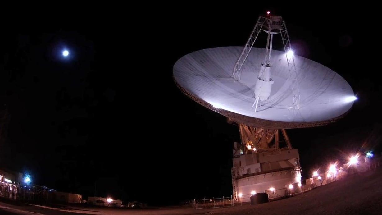 Kadonnut luotain löydettiin tutkajärjestelmällä, johon kuuluu tämä Goldstonen observatorion lautasantenni. Sen halkaisija on 70 metriä. Kuva: NASA/JPL-Caltech