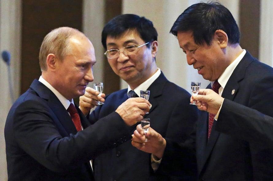 Kiinassa venäläisten tavalla. Presidentti Vladimir Putin nosti kaasusopimuksen kunniaksi votkaryypyn Shanghaissa. Kuva Gettyimages.