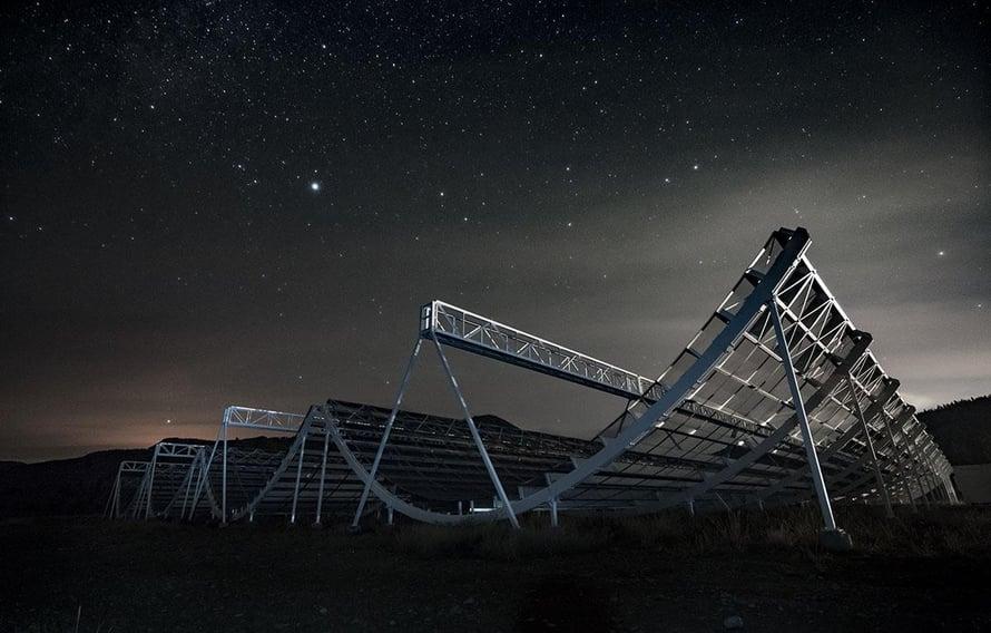 """Kanadalainen Chime-observatorio koostuu kaarevista antenneista, jotka tuovat mieleen lumilautailijoiden laskettelukourut. Kuva: <span class=""""photographer"""">Andre Recnik / CHIME Collaboration</span>"""
