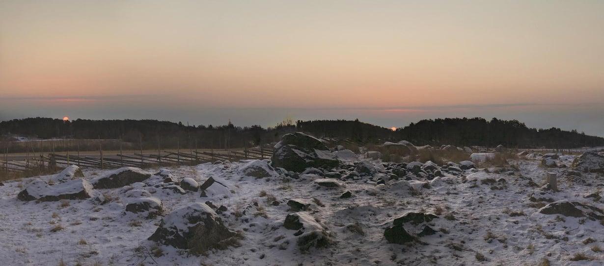 Havainnekuva Euran Luistarin muinaiskalmistosta. Horisonttiin on sijoitettu vasemmalle pääsiäisaamun auringonnousu. Oikealla on kekrin auringonnousu. Osa haudoista on suunnattu kohti muinaisuskonnolle pyhää kekriä. Kuva: Tähdet ja avaruus / Mia Heikkilä ja Ismo Luukkonen