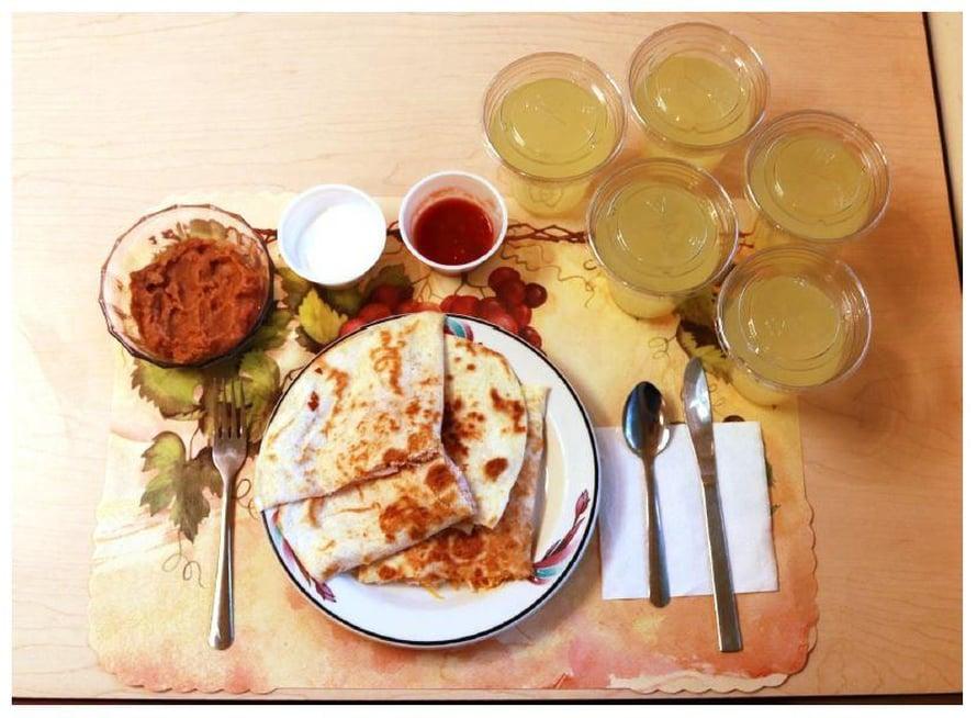 """Yhdessä prosessoidun ruokavalion lounasannoksista oli quesadilloja pavuilla ja juomana sokeroimatonta virvoitusjuomaa. Kuva: <span class=""""photographer"""">HALL ET AL. / CELL METABOLISM</span>"""