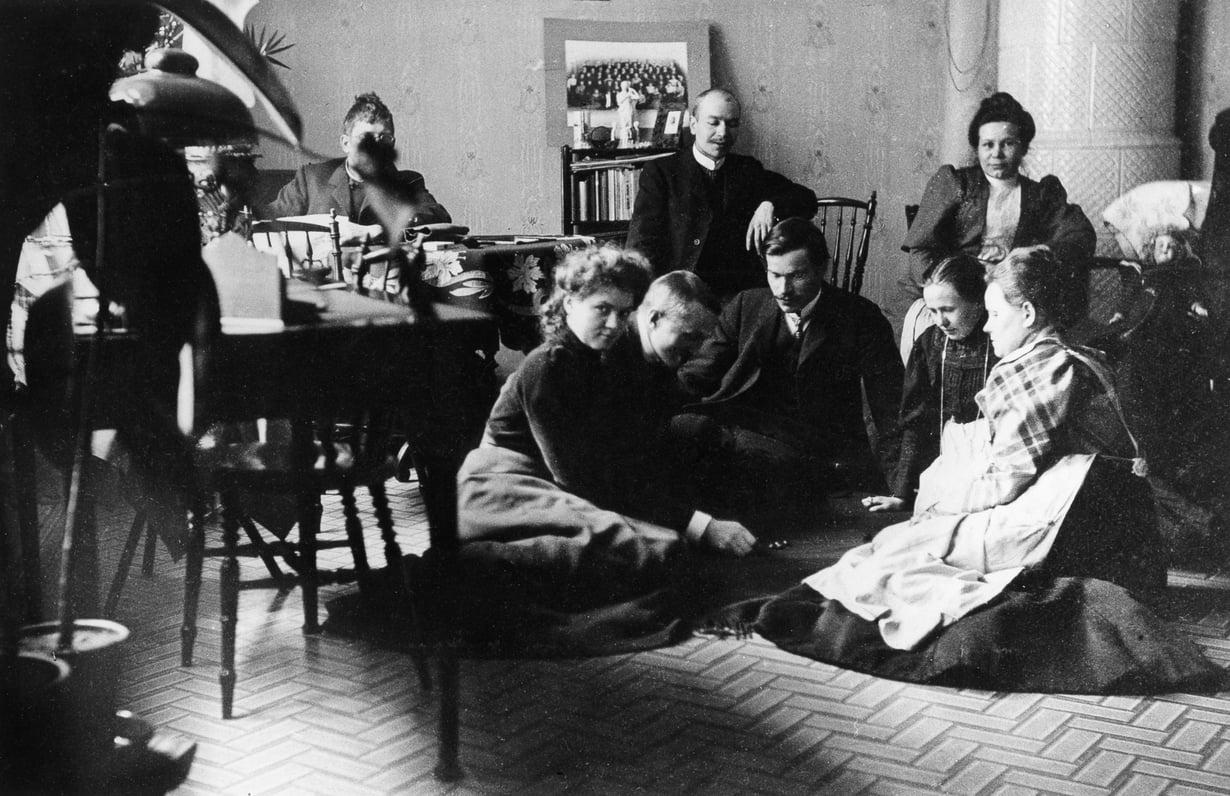 """""""En juhli"""" ei käynyt päinsä nimipäivien kulta-aikaan 1900-luvun alussa. Piti kattaa juhlapöytä ja järjestää ohjelmaa. Kuva: Helsingin kaupunginmuseo"""
