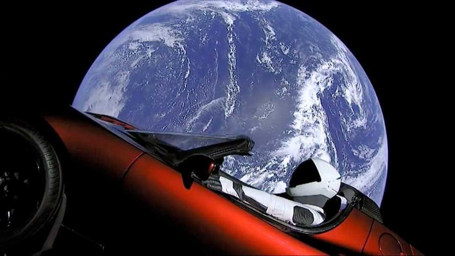 """Tesla ja kuski lähdössä pitkälle matkalle 6. helmikuuta 2018. Kuva: <span class=""""photographer"""">SpaceX</span>"""