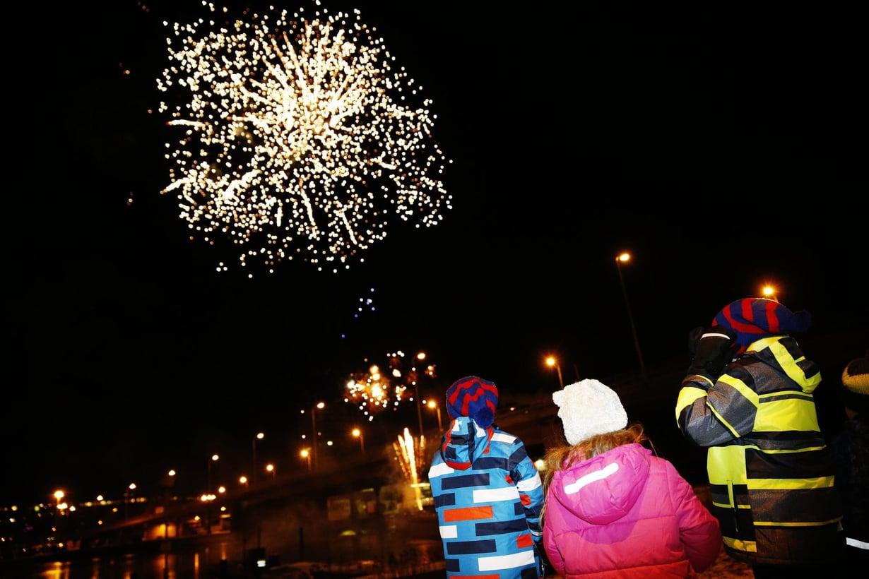 Uusi vuosi otettiin vastaan perinteisin menoin Helsingissä 2015.