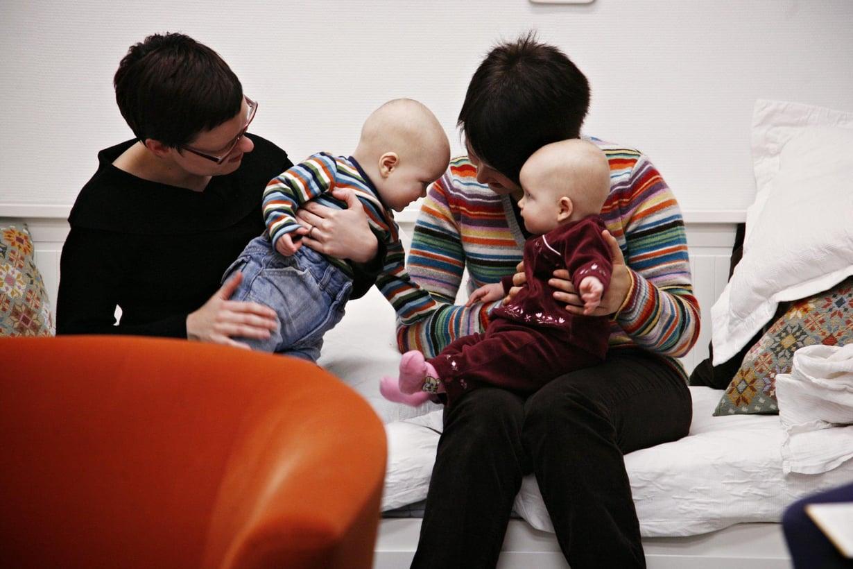 Samaa sukupuolta olevien lasten perheessä lapsen kehitys ei poikkea sellaisen perheen lapsen kehityksestä, jossa vanhemmat ovat adotoineet lapsen mutta ovat eri sukupuolta. Kuvan henkilöt eivät liity tutkimukseen. Kuva: Laura Oja
