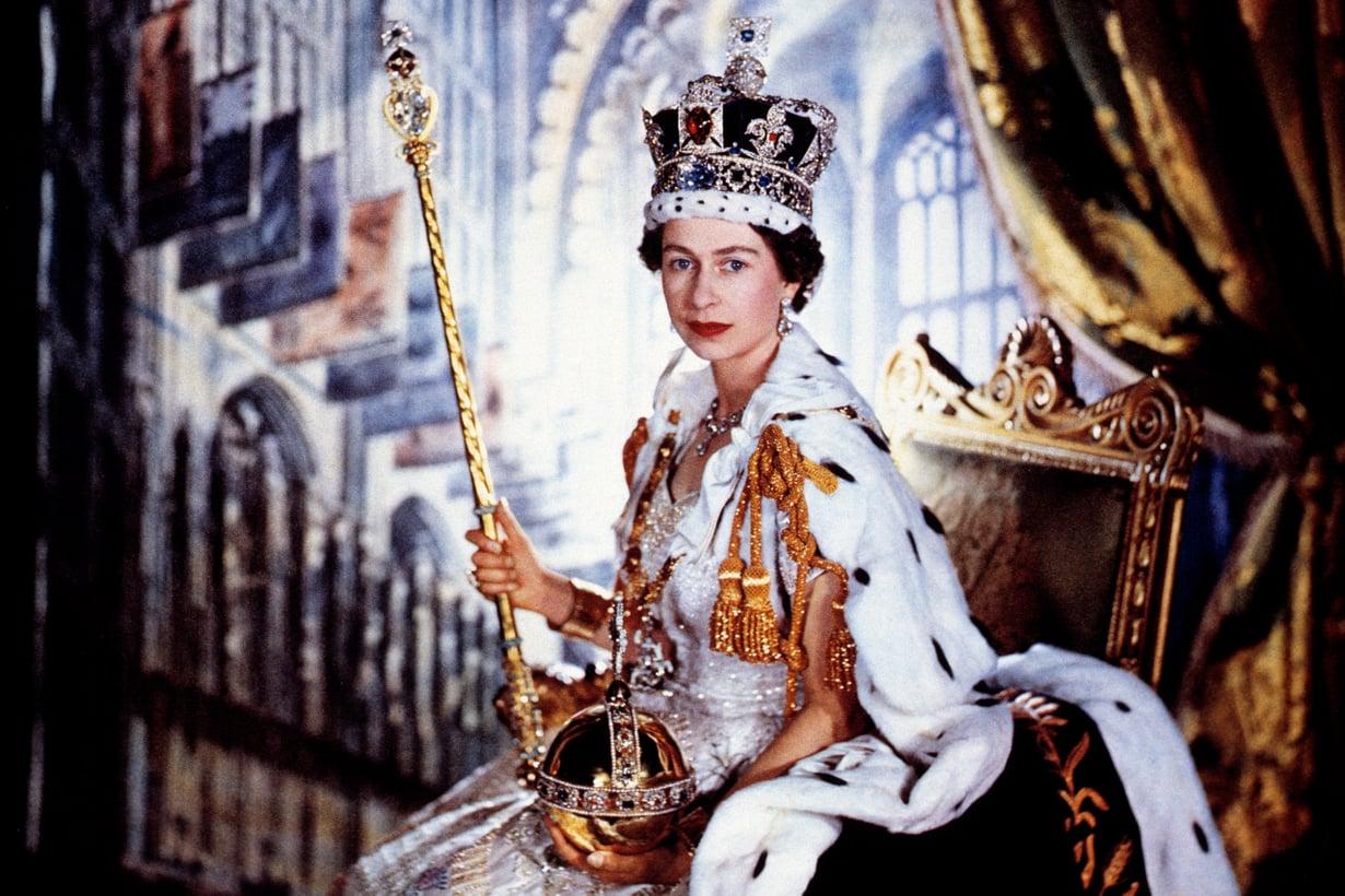 Kruunajaiset olivat aikansa mediashow. Seremonia televisioitiin ensimmäisen kerran, ja yksin Britanniassa lähetys keräsi 27 miljoonaa katsojaa. Kuva: Lehtikuva