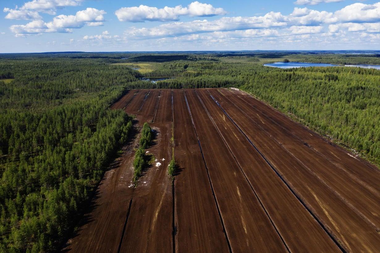 Suot ja turvemaat kattavat noin kolmanneksen Suomen maapinta-alasta. Turvetta nostetaan Nivusnevan turvetuotantoalueella Parkanossa. Kuva: Kaisa Rautaheimo / HS