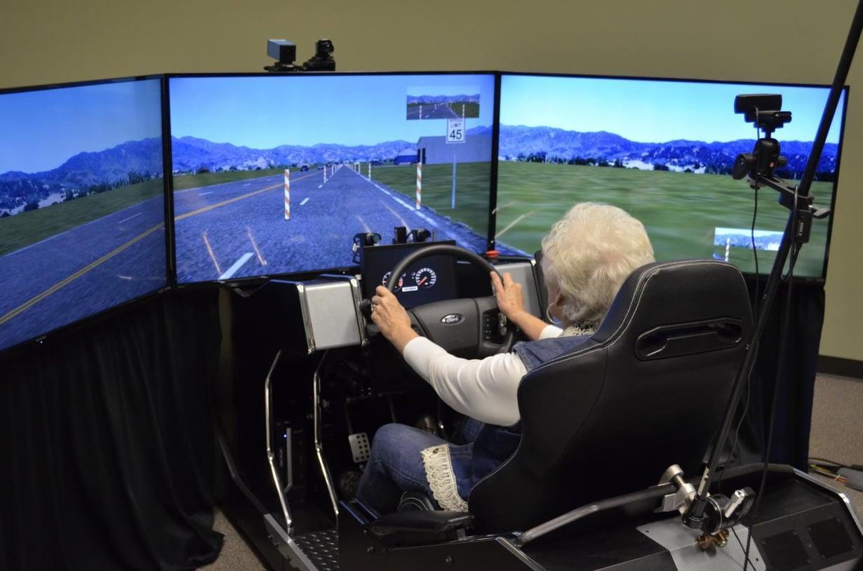Koehenkilö köröttelee simulaattorissa. Kuva: Malcolm Dcosta