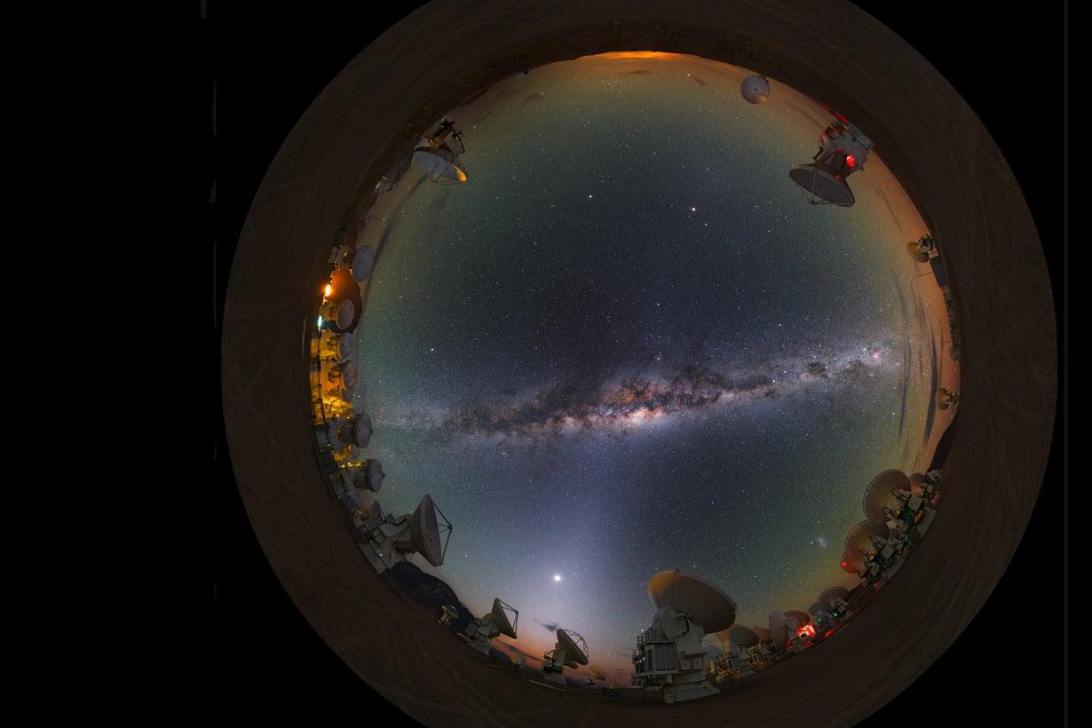 Sata vuotta sitten koko universumi näkyi taivaalla, käsitti vain Linnunradan. Nyt tiedämme, että maailmankaikkeus sisältää ainakin sata miljardia muuta galaksia. Kuva: Luís Calçada/Eso