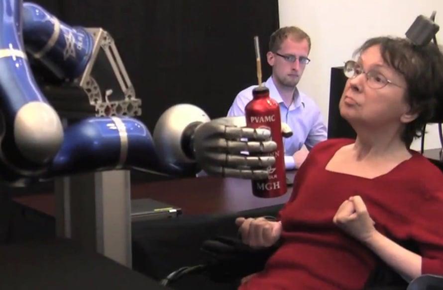 Robotti tarjoilee kahvia.