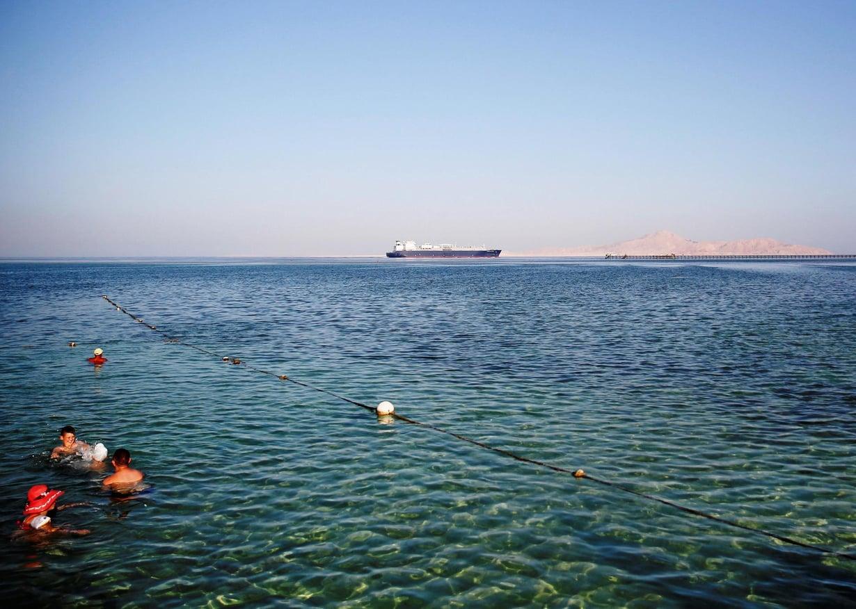 Ihmiset uivat Punaisessa meressä Sharm el-Sheikhin turistikeskuksessa. Kuva: Reuters/Amr Abdallah Dalsh