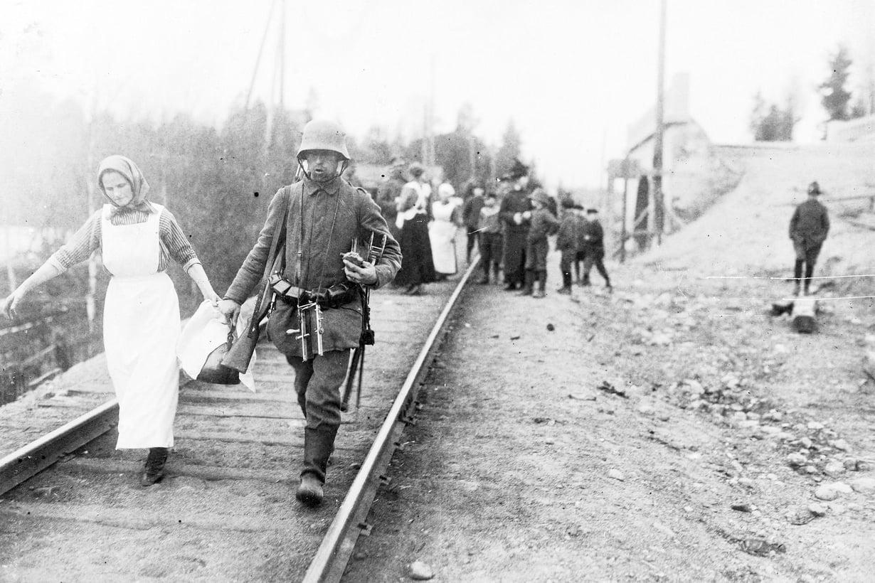 Matkalla Helsinkiin. Paikalliset naiset järjestävät sotilaille kahvihetken Karjaan-radan varrella. Kuva: Museovirasto