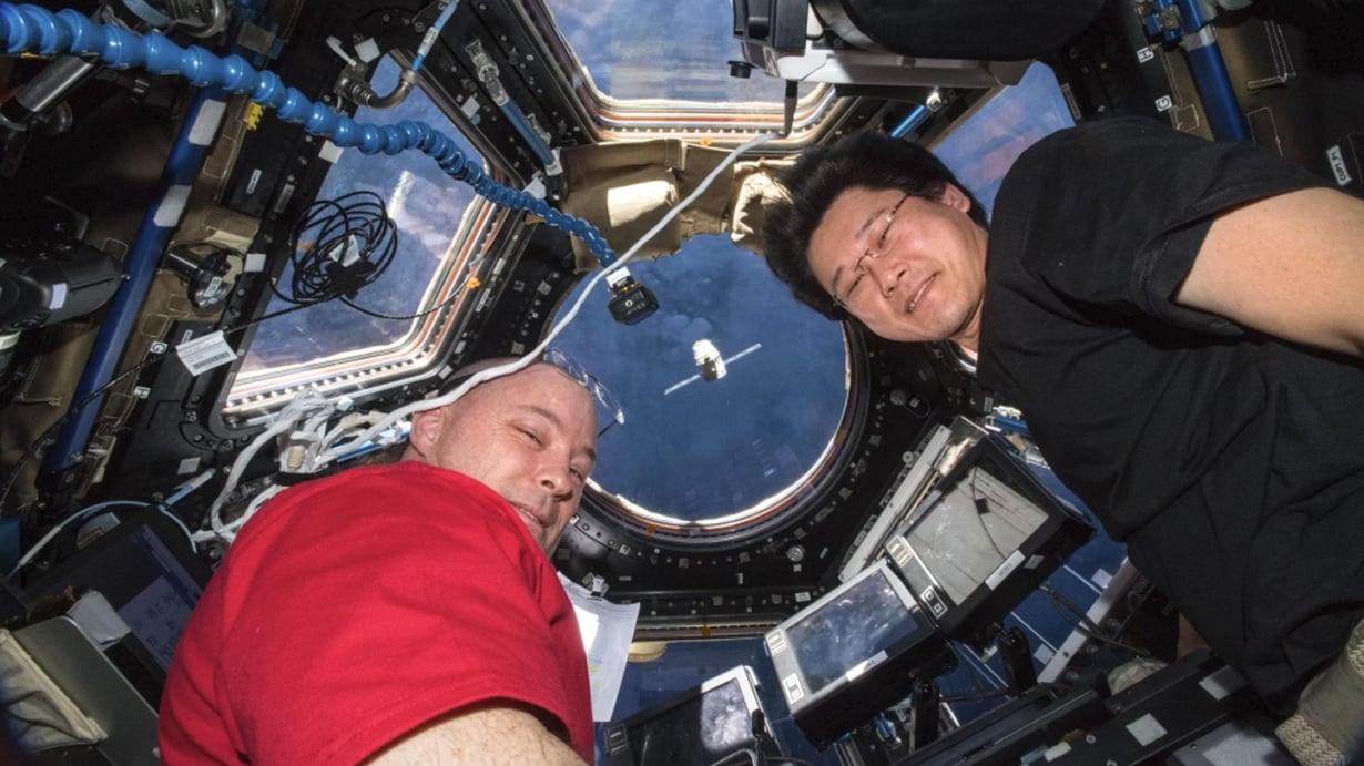 Astronautit Scott Tingle (lvas.) ja Norishige Kanai katsovat, kun rahtialus SpaceX Dragon lähestyy Iss-avaruusasemaa maanantaina. Tällä kertaa mukana oli myös spermaa. Kuva: Nasa