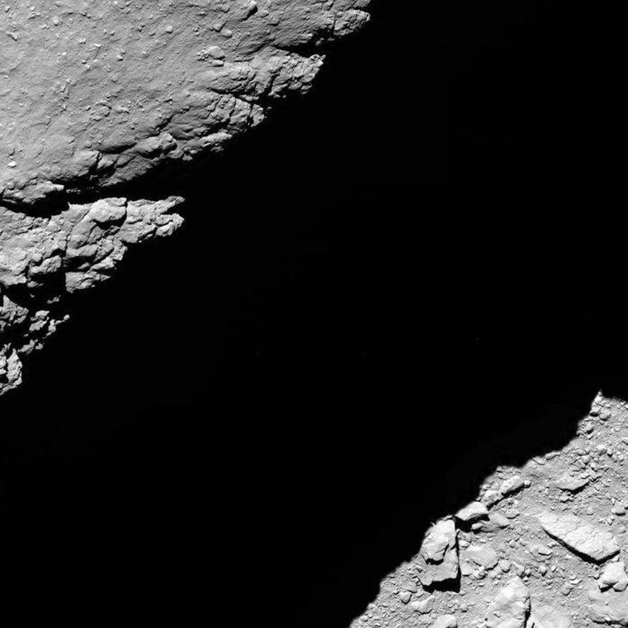"""Rosettan Osiris-kamera otti tämän kuvan kello 14.14 Suomen aikaa noin 1,2 kilometrin päässä pinnasta. Kuva: <span class=""""photographer"""">Esa</span>"""