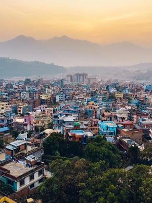 """Auringonnousu Katmandussa paljastaa ilman epäpuhtauksia. Kuva: <span class=""""photographer"""">Getty Images</span>"""