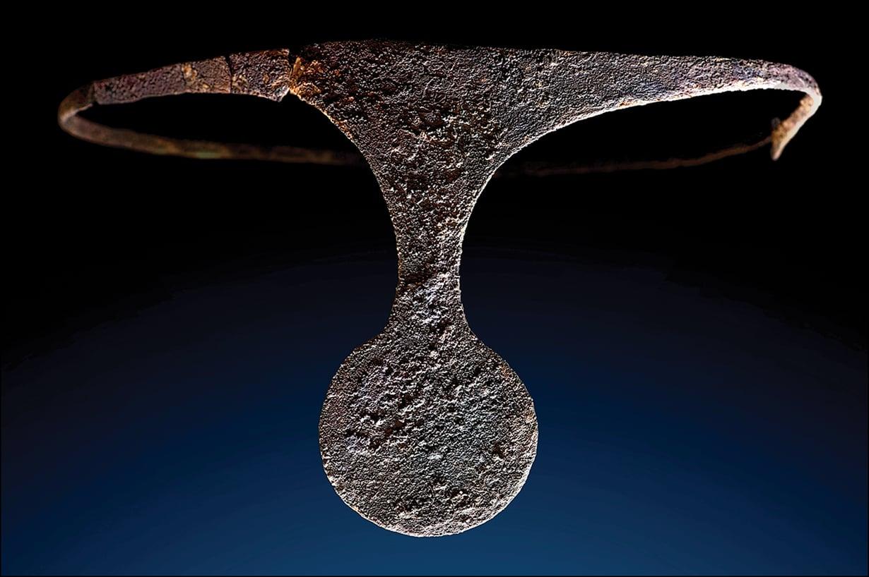 Kruunun tai vastaavan arvomerkin kaltainen diadeemi löydettiin La Almoloyasta haudasta. Se on tehty hopeasta. Kuva on Barcelonan yliopiston tutkimuksesta. Kuva: J.A. Soldevilla