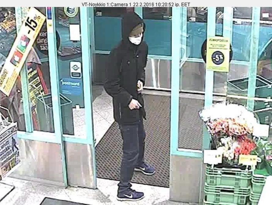 Poliisin julkaisemassa valvontakamerakuvassa näkyy ryöstöstä epäilty.