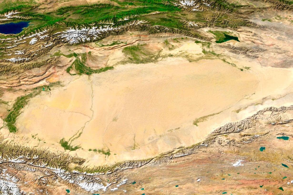 Ilmasta kulkeutuu yllättävän paljon hiiltä suolavesiin aavikoiden alle. Kuva: Nasa
