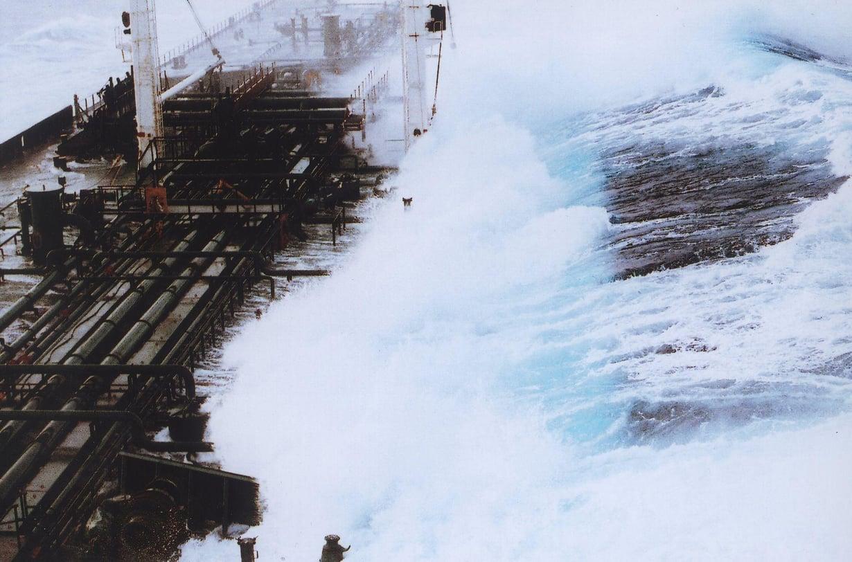 Vuonna 1993 liki kaksikymmentämetrinen aalto yllätti rahtialuksen Alaskanlahdella, kun aallot olivat muuten alle kahdeksanmetrisiä. Kuva: Wikimedia Commons/NOAA