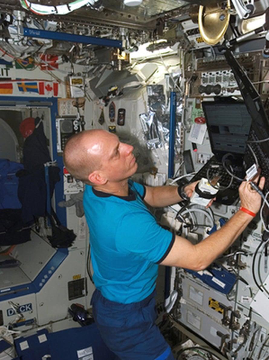 """Iowan osavaltion yliopistosta valmistunut astronautti Clayton Anderson työskentelee Kansainvälisen avaruusaseman Destiny –laboratoriossa. Kuva: <span class=""""photographer"""">NASA</span>"""