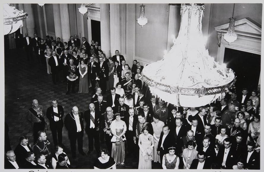 """6.12.1934 Tasavallan eliitti on jo tottuneesti kokoontunut juhlimaan itsenäisyyspäivää Presidentinlinnaan. Kuva: <span class=""""photographer"""">Pietinen/Historian kuvakokoelma/Museovirasto</span>"""