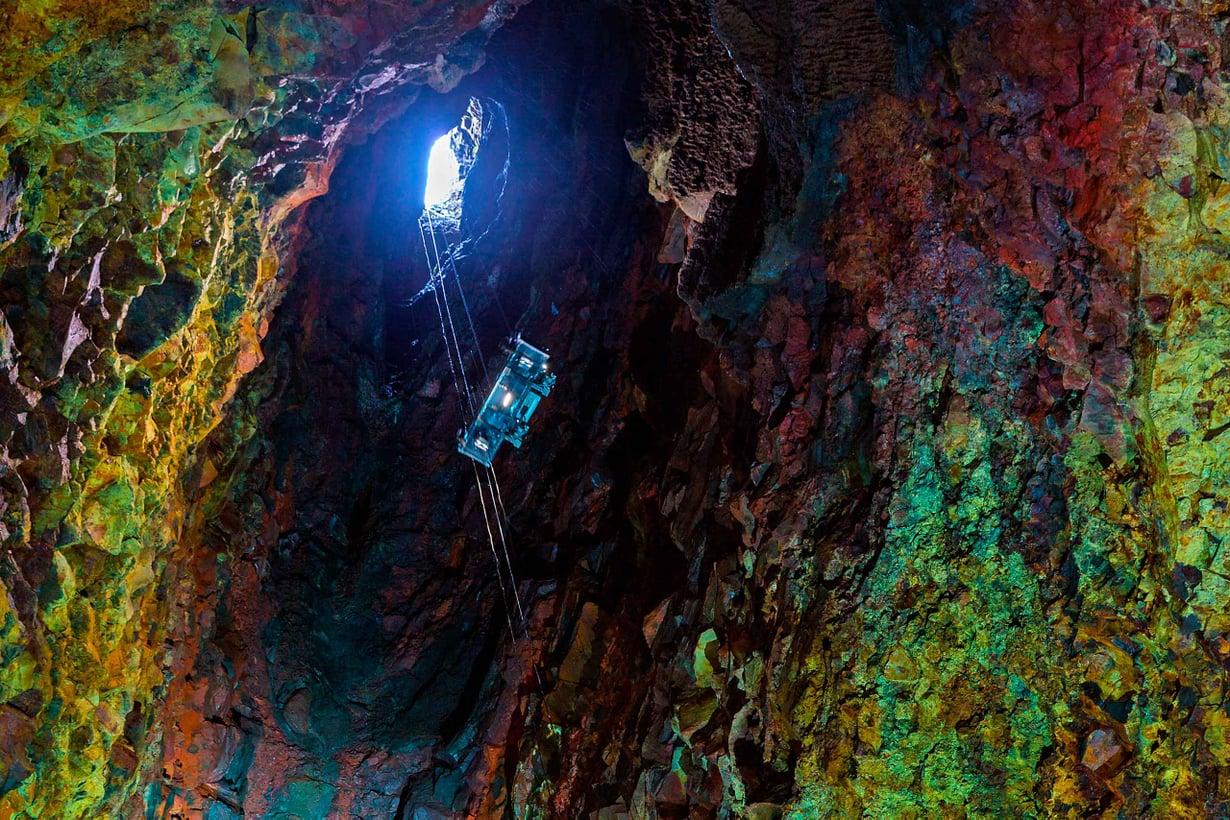 Onkaloon pääsee laskeutumaan hissillä kraatterin huipun aukosta. Kuva: Shutterstock