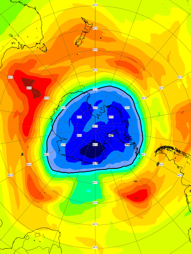 """Cams-seurantapalvelun ennuste kuvaa tilannetta Etelämantereen yllä viime viikon tiistaina. Otsoniaukko peittää lähes koko Etelämantereen. Kuva: <span class=""""photographer"""">Copernicus Atmosphere Monitoring Service/ECMWF</span>"""