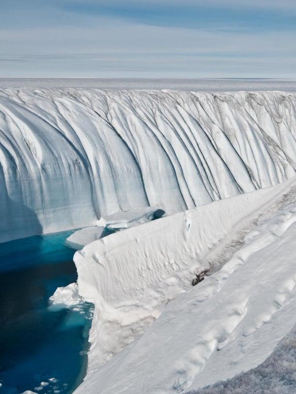 """Kanjoni kuljettaa sulamisveden kohtaan, josta se pääsee valumaan jäätikön pohjalle. Kuva: <span class=""""photographer"""">Ian Joughin, University of Washington</span>"""