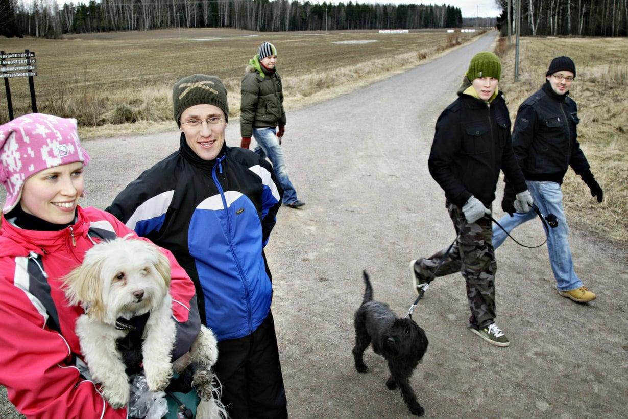 Koira pitää omistajansa sydämen terveenä. Kuva: Anne Vatén / HS