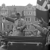Adolf Hitler vuonna 1930. Kuva: Bundesarchiv, Bild 102-10541 / Georg Pahl