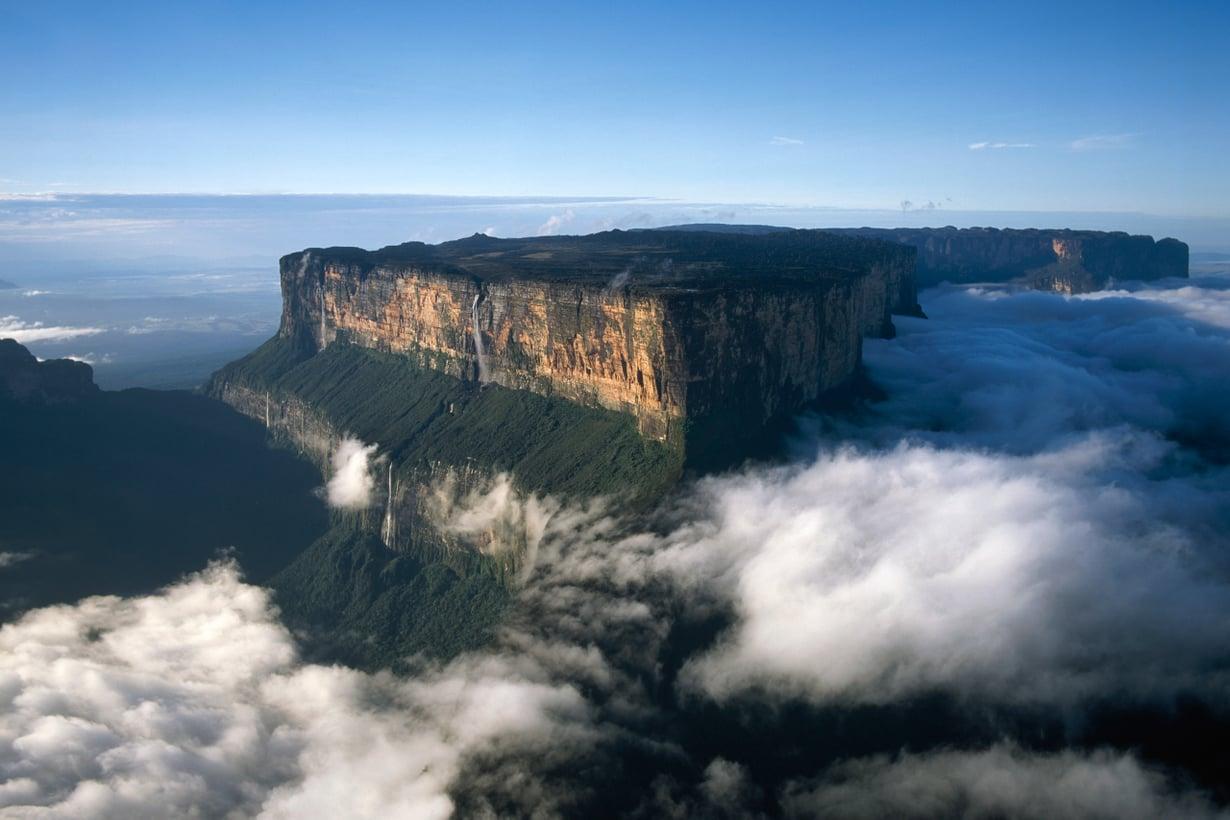 Roraima kohoaa korkeuksiin keskellä pilvihuntua. Sen kutovat alarinteen vehreiden metsien vesihöyryt. Kuva: Getty Images