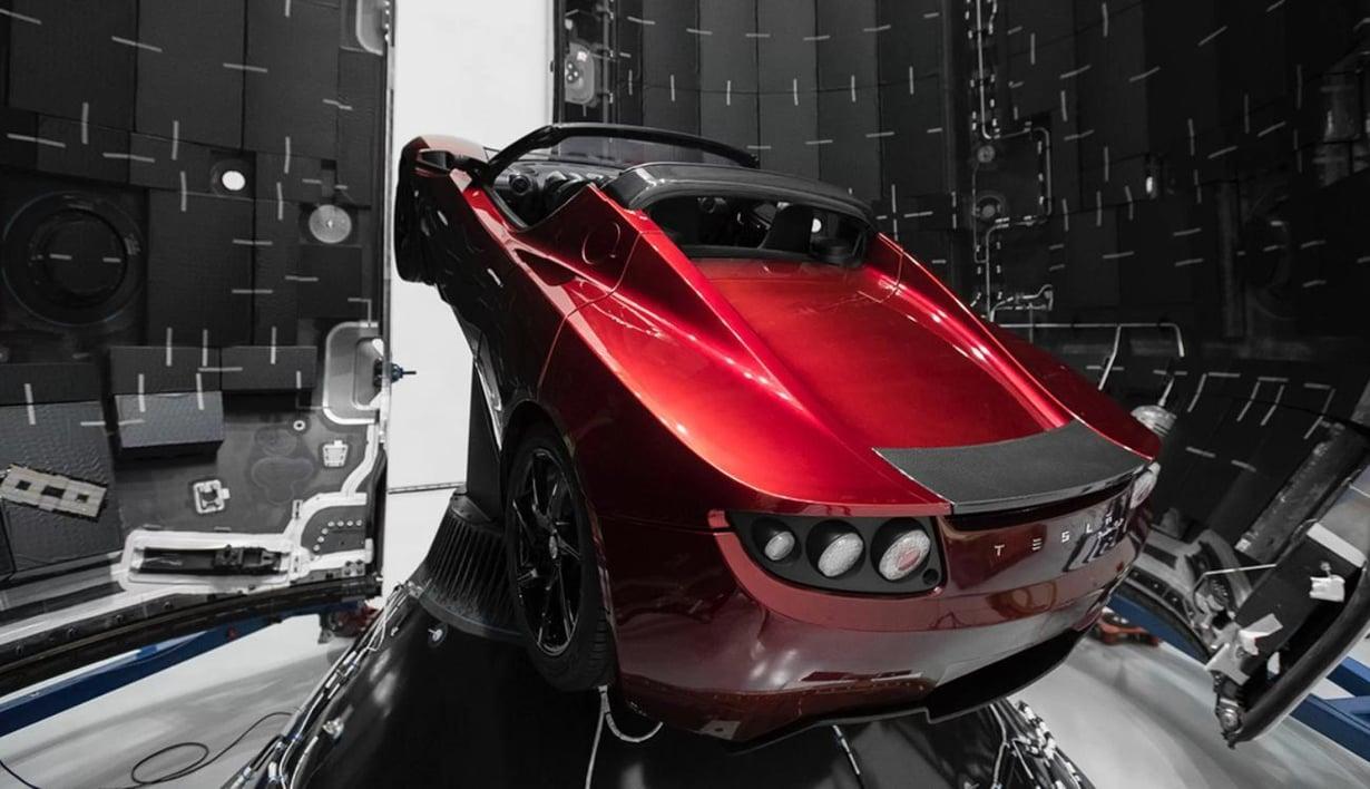 Elon Muskin PR-temppu: yksi Tesla-yhtiön urheiluauto on laitettu raketin nokkaan rahdiksi. Se voi lentää Marsin kiertoradalle asti. Kuva: SpaceX