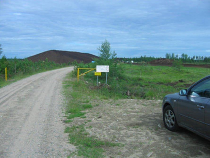 """Puution turvesuosta nostetaan turvetta Iissä. Kuva: <span class=""""photographer""""><a href=http://commons.wikimedia.org/wiki/File:Puutiosuo.JPG>Wikimedia Commons</a>.</span>"""
