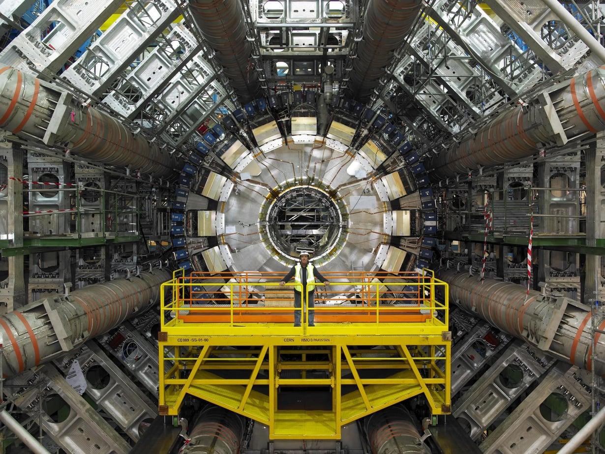 Cernin hiukkaskiihdytin loihti esiin Higgsin hiukkasen. Se saattaa paljastaa myös hiukkasen raskaat serkut. Kuva: Science Photo Library