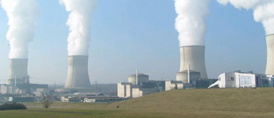 """Ydinvoimaloiden lauhdutustorneja. Kuva: <span class=""""photographer""""><A HREF=http://en.wikipedia.org/wiki/File:Nuclear_Power_Plant_Cattenom_a.png>Wikimedia Commons</A></span>"""