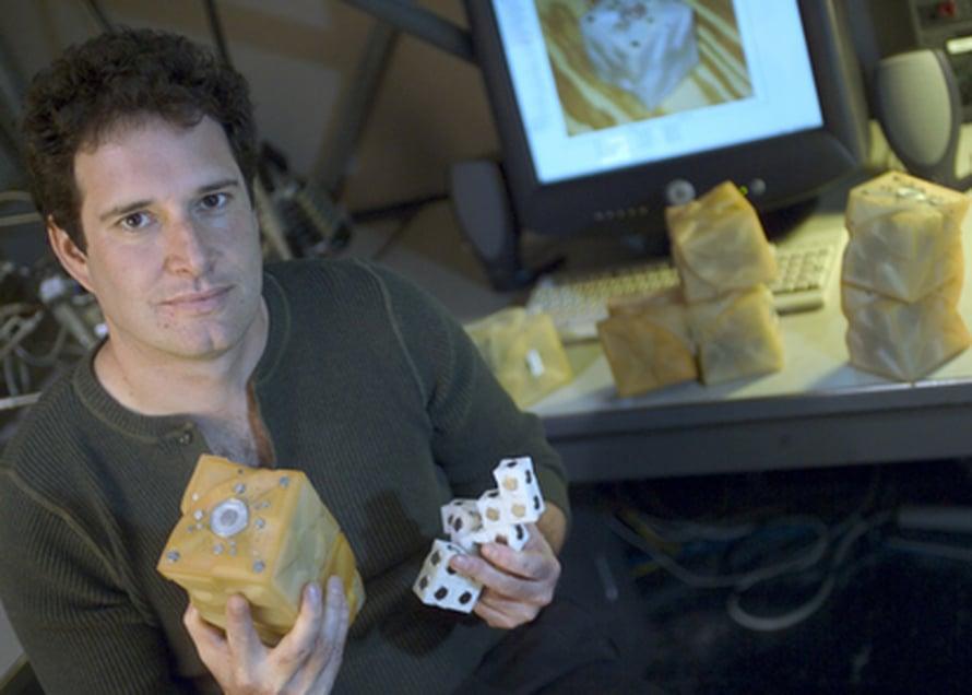 Hod Lipson ja robotin kokoamiseen tarvittavat modulit. Kuva Kevin Stearns.