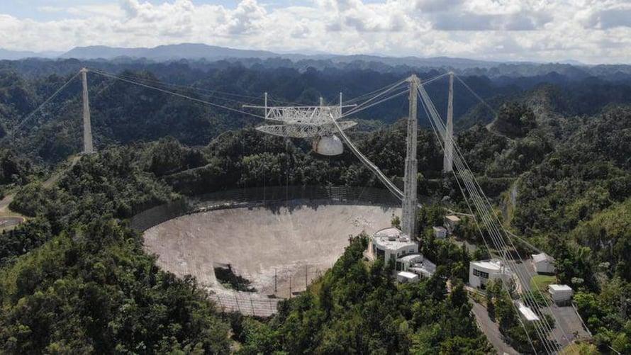 Iso pylväät ja 18 kaapelia tukivat laitteita jättimäisen lautasantennin päällä. Kuva: Arecibo Observatory