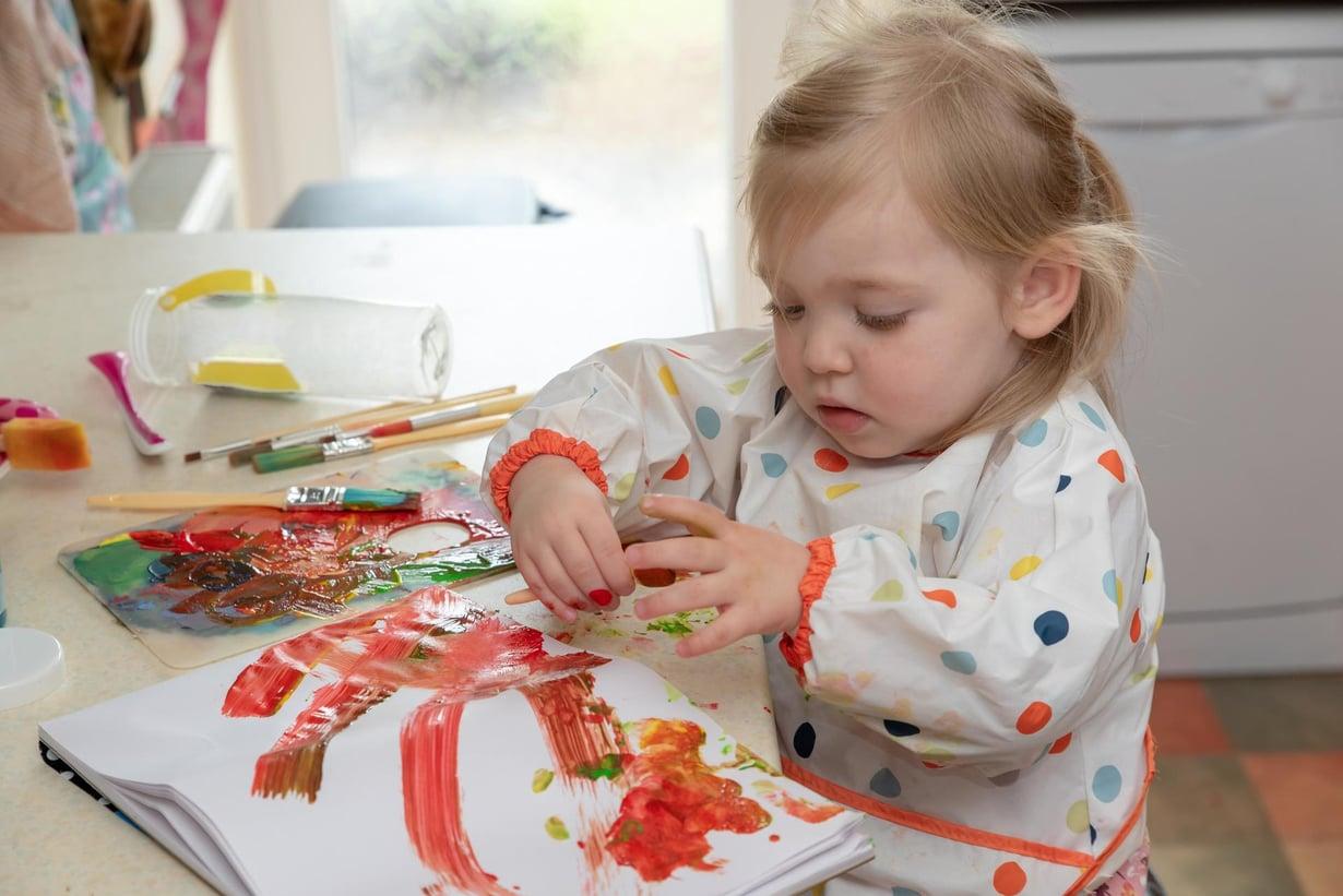 19 kuukauden ikäisellä lapsella on kyky käyttäytyä epäitsekkäästi. Kuva: Shutterstock