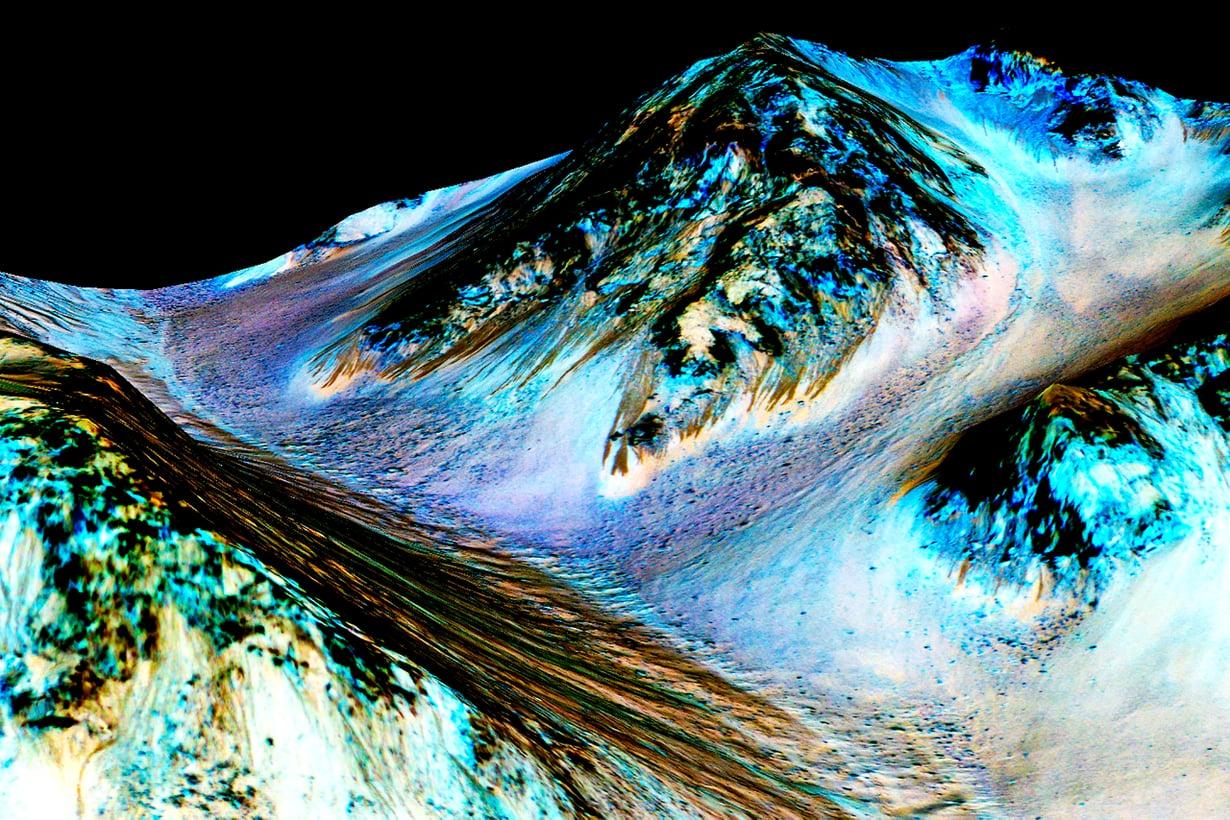 Marsperän tummat virrat on vahvistettu valuvan suolaveden jäljiksi. Kuva: Nasa / JPL / University of Arizona