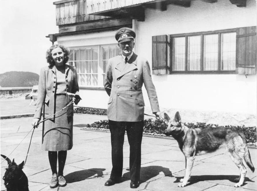"""Hitler lemmikkikoiransa ja Eva Braunin kanssa. Pohdittavaksi: mitkä laajalevikkiset kirjoitukset yllyttävät juutalaisvainoihin? Kuva: <span class=""""photographer"""">Bundesarchiv, B 145 Bild-F051673-0059 / CC-BY-SA</span>"""