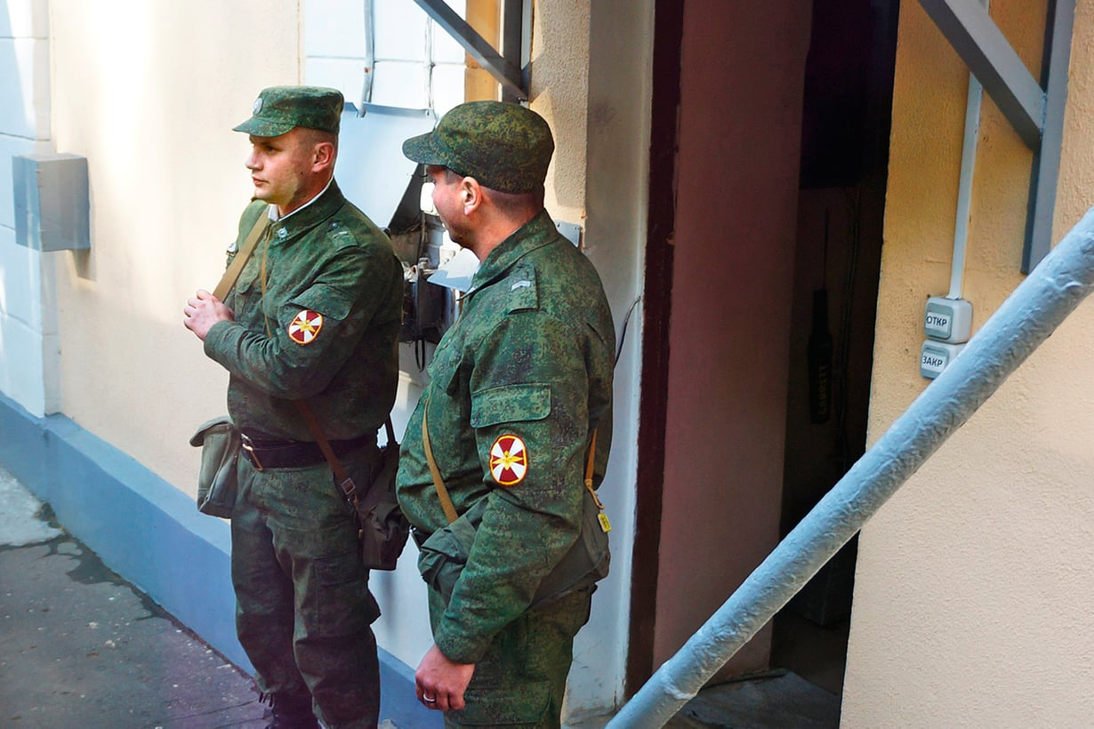 Sotilaat ydintutkimuskeskuksen porteilla osoittavat, ettei kyse ole mistä tahansa paikasta. Kuva: Jari Mäkinen