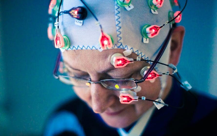 Kiti Müllerin mielestä moderni aivosähkömyssy on mukava. Sen avulla Müllerin tutkimusryhmä mittaa tietotyöläisten aivosähkötoimintaa.