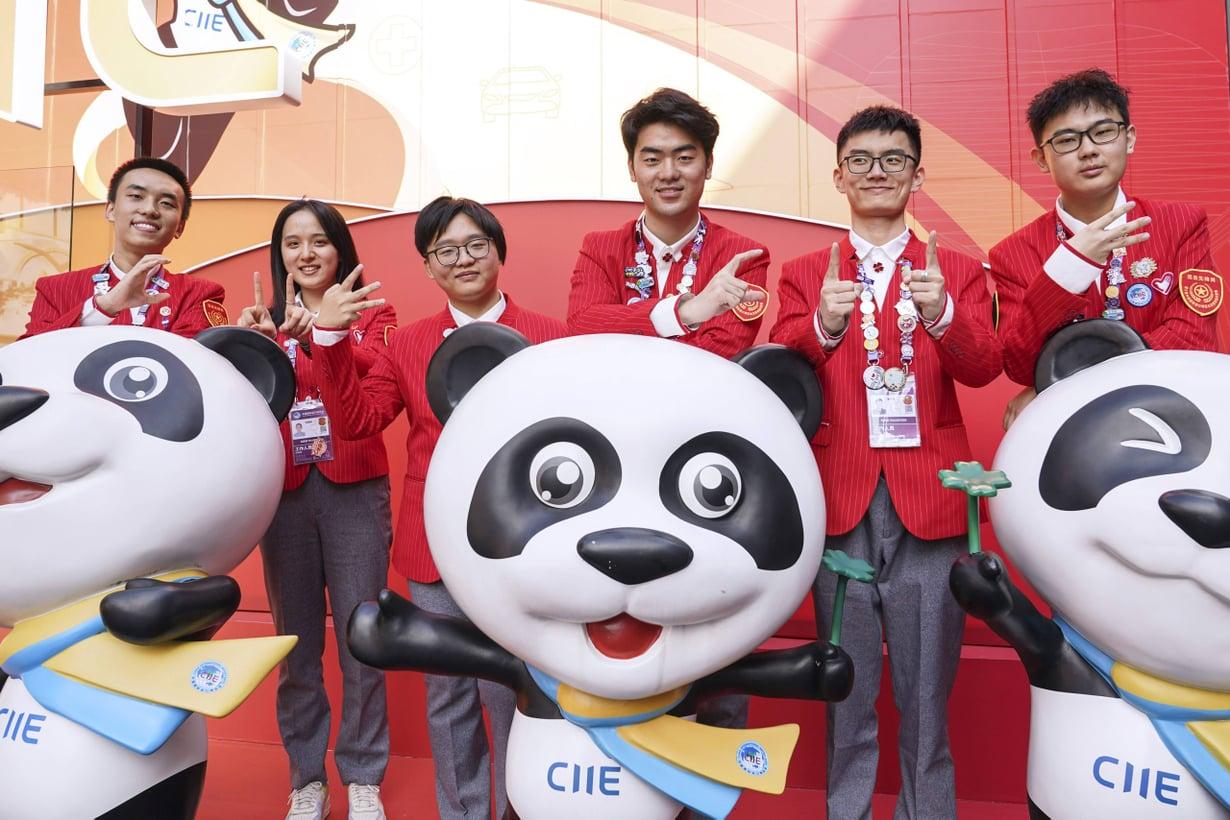 Shanghailaisopiskelijat työskentelivät vapaaehtoisina Kiinan tuontimessuilla syksyllä 2020. Kuva: Lehtikuva