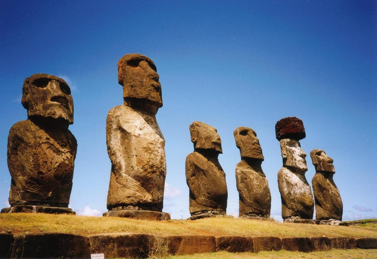Toisten patsaiden pään päälle nostettiin irrallinen kivipaasi, pukau. Kuva: Wikimedia Commons